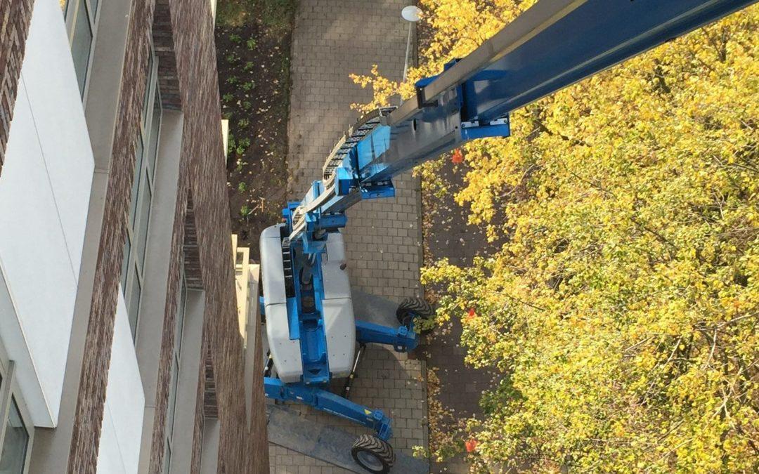 Reiniging en tegelijk conserveren van betonen elementen en kozijnen in Amsterdam